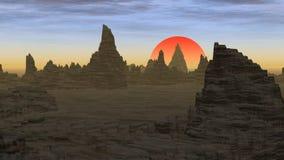 Zonsondergang erachter achter rotsachtige pieken in de woestijn Royalty-vrije Stock Foto