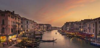 Zonsondergang in Grand Canal, Venetië Mening van Ponte Di Rialto royalty-vrije stock afbeeldingen