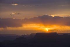 Zonsondergang in Grand Canyon wordt gezien die van Stock Afbeeldingen