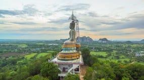 zonsondergang in grote Boedha van Wat Nong Hoi Stock Afbeeldingen