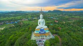 zonsondergang in grote Boedha van Wat Nong Hoi Stock Afbeelding