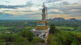 zonsondergang in grote Boedha van Wat Nong Hoi Stock Foto