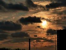 Zonsondergang in grote stad stock afbeeldingen