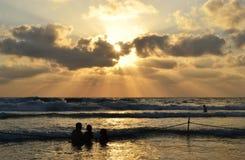 Zonsondergang in Haifa Hof haCarmel, Carmel Beach, Dado, Middellandse Zee in Israël stock afbeelding