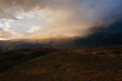 Zonsondergang, helder zonlicht in een stoffige wolk, reis op de bergvallei, een landschap stock fotografie