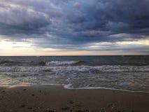 Zonsondergang hemel en overzeese wolken en horizon apocalyps De hemel vóór een onweersbui horizon onweer royalty-vrije stock afbeeldingen