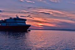 Zonsondergang het bekijken dichtbij de haven van Patras stock afbeeldingen