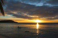 Zonsondergang in het Blauwe Lagunestrand in het Eiland Nacula, Yasawa, Fiji stock foto's