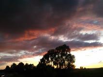 Zonsondergang in het dorp stock afbeelding