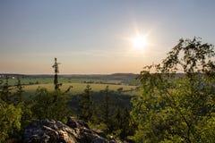 Zonsondergang in het hrbety, Tsjechische landschap van vooruitzichtkozi stock afbeelding