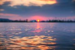 Zonsondergang het lichte glanzen op oceaangolf met oranje tonen Royalty-vrije Stock Afbeelding