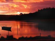 Zonsondergang in het meer stock afbeelding