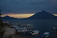 Zonsondergang in het Meer Guatemala van Panajachel Atitlan stock foto's