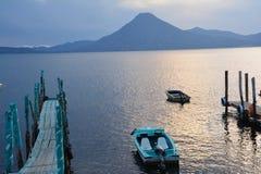 Zonsondergang in het Meer Guatemala van Panajachel Atitlan stock afbeelding
