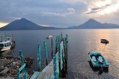 Zonsondergang in het Meer Guatemala van Panajachel Atitlan royalty-vrije stock afbeeldingen