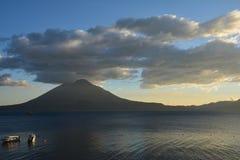 Zonsondergang in het Meer Guatemala van Panajachel Atitlan royalty-vrije stock afbeelding