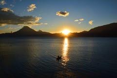 Zonsondergang in het Meer Guatemala van Panajachel Atitlan stock afbeeldingen