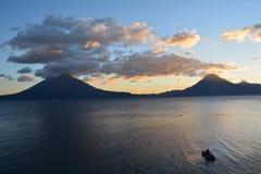 Zonsondergang in het Meer Guatemala van Panajachel Atitlan royalty-vrije stock foto's