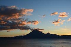 Zonsondergang in het Meer Guatemala van Panajachel Atitlan stock fotografie