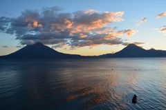 Zonsondergang in het Meer Guatemala van Panajachel Atitlan stock foto