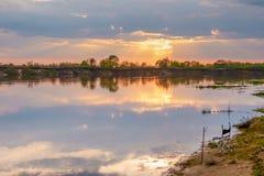 Zonsondergang in het meer mooie zonsondergang achter de wolken boven de het landschapsachtergrond van het overschotmeer De zomer stock fotografie