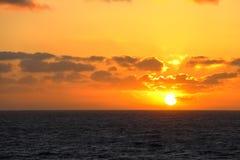 Zonsondergang in het midden van de vreedzame oceaan royalty-vrije stock afbeeldingen