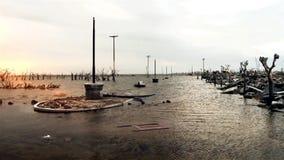 Zonsondergang in het Overstroomd en Vernietigde Dorp stock footage