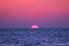 Zonsondergang in het overzees royalty-vrije stock afbeelding