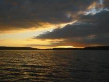 Zonsondergang in het overzees De donkere wolken behandelen de horizon Royalty-vrije Stock Fotografie