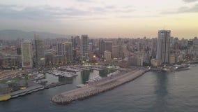 Zonsondergang in het overzees Het vliegen over de baaijachthaven van Beiroet Zaytunay en de stad in Hommelantenne die van Beiroet stock video