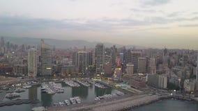 Zonsondergang in het overzees Het vliegen over de baaijachthaven van Beiroet Zaytunay en de stad in Hommelantenne die van Beiroet stock footage