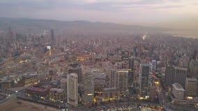 Zonsondergang in het overzees Het vliegen over de baaijachthaven van Beiroet Zaytunay en de stad in Hommelantenne die van Beiroet stock videobeelden