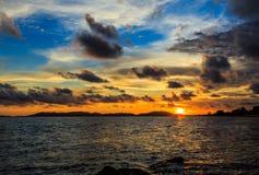 Zonsondergang in het overzeese strand stock afbeeldingen
