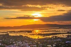 Zonsondergang in het stadslandschap stock afbeeldingen