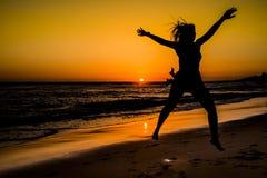 Zonsondergang in het strand Stock Afbeeldingen