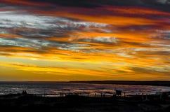 Zonsondergang in het strand met schaduwen royalty-vrije stock afbeeldingen