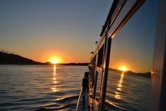 Zonsondergang in het venster van een sightseeingsboot die wordt weerspiegeld royalty-vrije stock fotografie