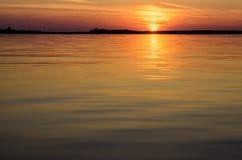 Zonsondergang in het water Stock Fotografie