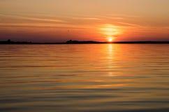 Zonsondergang in het water Stock Foto