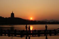 Zonsondergang in het Westenmeer van Hangzhou, China Stock Foto