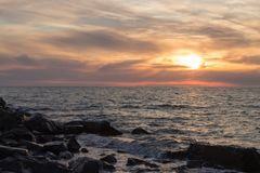 Zonsondergang in kalm weer op het strand Stock Foto