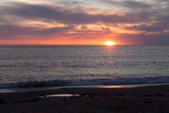 Zonsondergang in kalm weer op het strand Royalty-vrije Stock Foto's