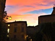 Zonsondergang, kleuren, roze hemel en fairytale in Civita Di Bagnoregio, stad in de provincie van Viterbo, Italië royalty-vrije stock foto