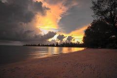 Zonsondergang in koh kong provincie in koh kong strand Kambodja wordt gevestigd dat Stock Fotografie