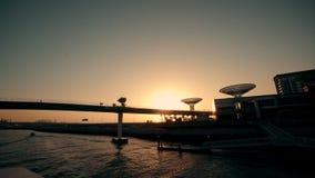Zonsondergang laag hoekig water op Doubai de V.A.E Bootzeilen onder de brug stock video