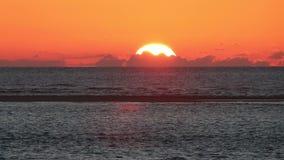 Zonsondergang langs de Franse Atlantische kust stock videobeelden