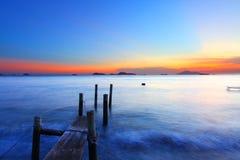 Zonsondergang langs een houten pijler   royalty-vrije stock foto