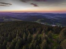 Zonsondergang Luchtmening van de de zomertijd in bergen dichtbij Czarna Stock Foto's