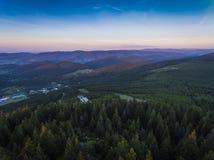 Zonsondergang Luchtmening van de de zomertijd in bergen dichtbij Czarna Stock Foto