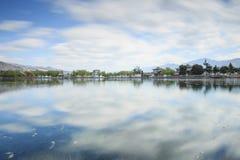 Zonsondergang meer dan één van de vele meren in het dorp van Heqing in Yunnan, China stock afbeelding